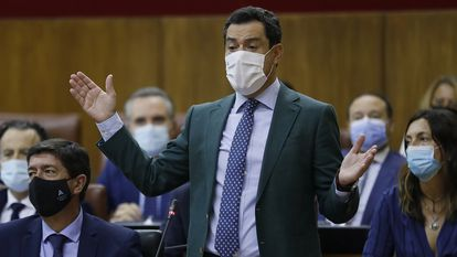 El presidente de la Junta de Andalucía, Juanma Moreno, durante su intervención en la sesión parlamentaria, este jueves, en Sevilla.
