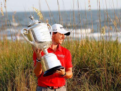 McIlroy, con el trofeo.