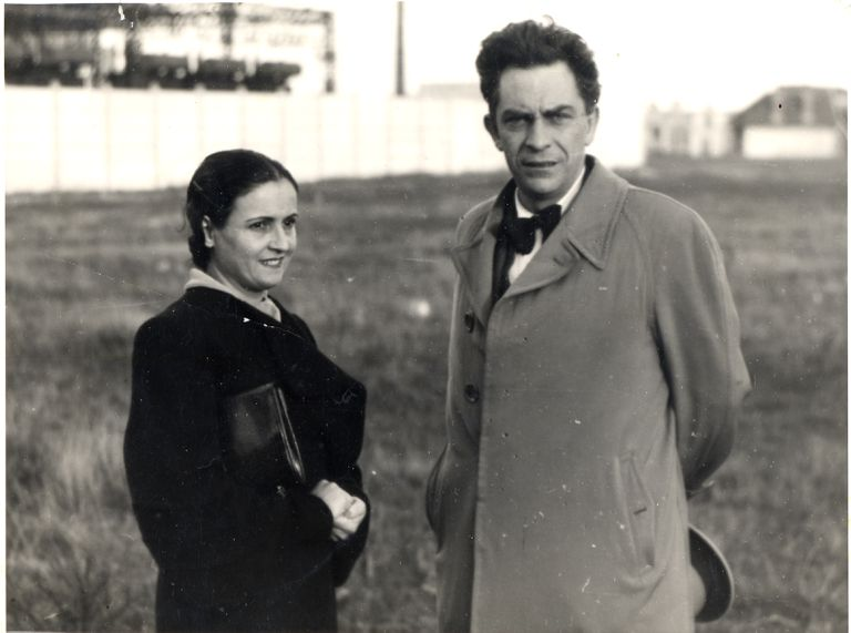 El escritor Manuel Chaves Nogales con Ana Pérez Ruiz, probablemente en Francia entre 1937 y 1940, dada la edad de ambos y ya que ella no lo acompañó a Reino Unido.