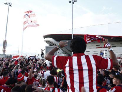 Aficionados del Atlético celebran en los aledaños del Wanda Metropolitano el último triunfo de su equipo ante Osasuna (2-1).