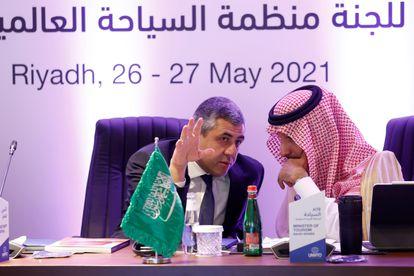 El Secretario General de la Organización Mundial del Turismo, Zurab Pololikashvili (izquierda), y el ministro de Turismo saudí, Ahmed Al Khateeb, el pasado mayo en la apertura de la primera oficina regional del organismo en Riad.