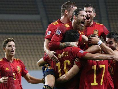 Los jugadores de la selección española celebran el tercer tanto ante Alemania poco antes de que finalice el primer tiempo del partido. Sergio Ramos