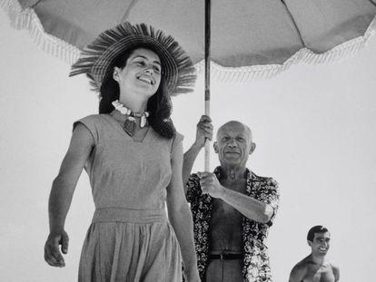'Françoise Gilot seguida de Picasso, con parasol', de Robert Capa (1948).