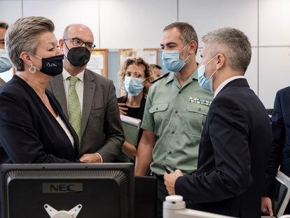 El ministro del Interior, Fernando Grande-Marlaska (derecha), y la comisaria europea del área, Ylva Johansson, durante su visita este viernes a Canarias.