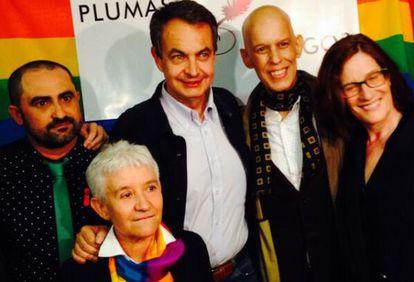 Zapatero tras recibir el premio. La foto la ha colgado Pedro Zerolo (segundo por la derecha) en su cuenta de Twitter.