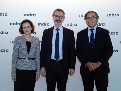 Marc Murtra, presidente de Indra (en el centro), con los dos consejeros delegados de la empresa, Cristina Ruiz e Ignacio Mataix