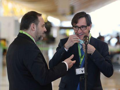 Los ministros de Fomento, Jose Luis Ábalos, y de Sanidad, Salvador Illa durante su visita al aeropuerto Adolfo Suárez Madrid Barajas.