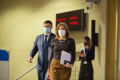 La comisaria europea de de Salud, Stella Kyriakides, seguida del vicepresidente ejecutivo de la Comisión Europea, Valdis Dombrovskis, durante la presentación del mecanismo de autorización de exportación de vacunas este viernes en Bruselas.