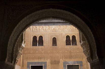 Fachada del Palacio de Comares en la Alhambra, donde se conmemora la recuperación de Algeciras por los reyes nazaríes.