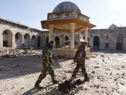 Militares del rebelde Ejército Libre Sirio, ante La Gran Mezquita Omeya en Alepo.