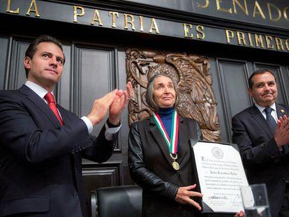 La bióloga Julia Carabias recibe la medalla Belisario Domínguez.