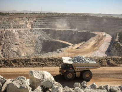 Reporteros represaliados, daño ambiental y mujeres violadas rodean la extracción del mineral en la mina North Mara, en Tanzania