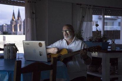 Pablo Alejandro Basile, profesor de música, posa en su casa a las afueras de Buenos Aires, desde donde imparte clases 'online' de música.