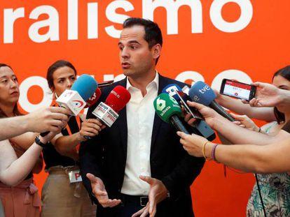 El líder de Ciudadanos en la Comunidad de Madrid, Ignacio Aguado, atiende a los medios de comunicación este domingo en la sede del partido. En vídeo, declaraciones de Aguado.