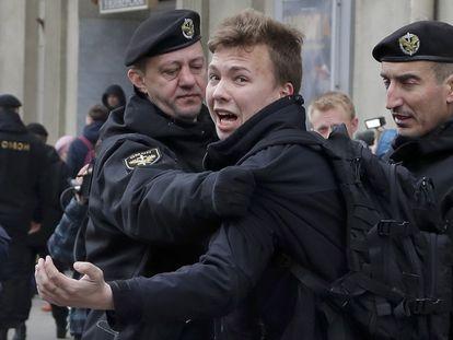 La policía bielorrusa detiene al periodista Roman Protasevich durante una protesta de la oposición en Minsk, en 2017.