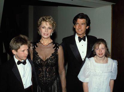 Los actores Pierce Brosnan y Cassandra Harris junto a sus hijos, Charlotte y Christopher, en una imagen de los años 80.