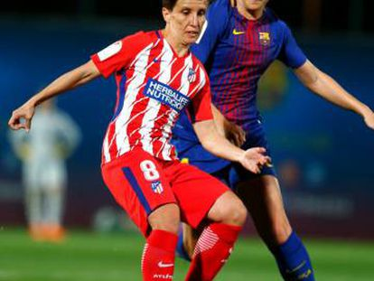 Sonia Bermúdez defiende la pelota ante la defensa del Barcelona.