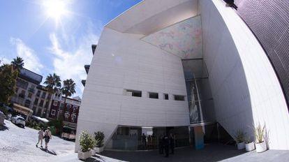 'Cuña', obra de Carlos Maciá, en la entrada del Centro Federico Garcia Lorca de Granada.