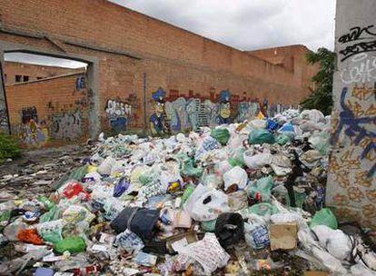 Aspecto del interior de la antigua cárcel de Carabanchel, donde se acumula la basura.