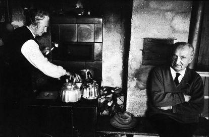 El filósofo Martin Heidegger con su mujer, Elfride Petri, en su cabaña de Messenkirch.