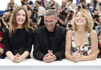 Las actrices francesas Adele Exarchopoulos (izquierda) y Lea Seydoux, junto al cineasta tunecino, Abdellatif Kechiche, en la presentación de 'La vida de Adèle'.