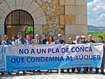 Integrantes de Xúquer Viu, alcaldes de la Ribera y miembros de la Acequia Real del Júcar posan con un pancarta contra el plan.