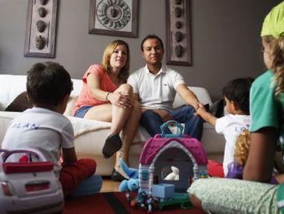 Angharad, junto a su marido y sus hijos.