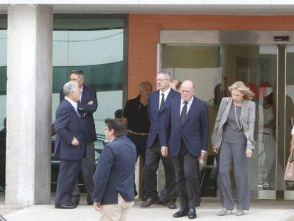 El ministro de Justicia, Alberto Ruiz Gallardón, junto a familiares y amigos de Isidoro Álvarez.