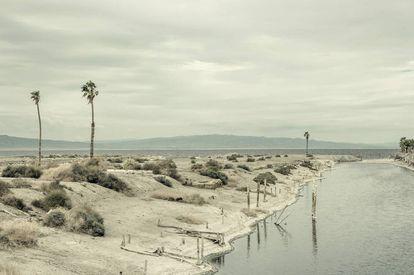 Vista del lago californiano Salton Sea, hoy un peligro medioambiental.