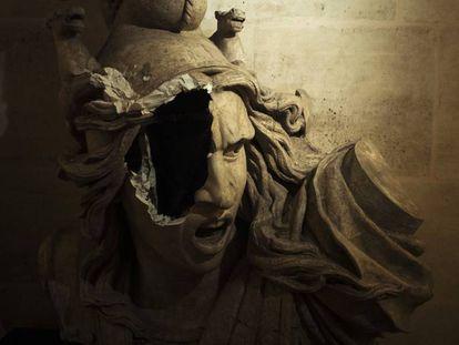 Una escultura de Marianne, símbolo de la República Francesa, dañada dentro del Arco de Triunfo durante la manifestación del 1 de diciembre en París.