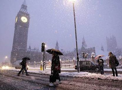 Imagen del Big Ben bajo la copiosa nevada que caía en la mañana de ayer en Londres.