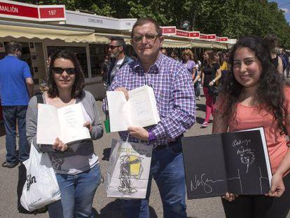 De izquierda a derecha, Estíbaliz Hurtado, Amadeo Fournier y Andrea Brigneti con sus libros firmados en la feria del libro.