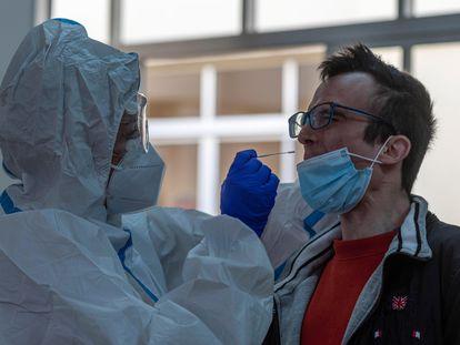 Cribado masivo con test de antígenos en la zona básica de salud de Son Serra, en Palma de Mallorca, el pasado domingo.