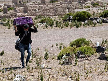 Un migrante venezolano que cruza ilegalmente de Bolivia a Chile en el paso fronterizo de Colchane, el 17 de febrero de 2021.