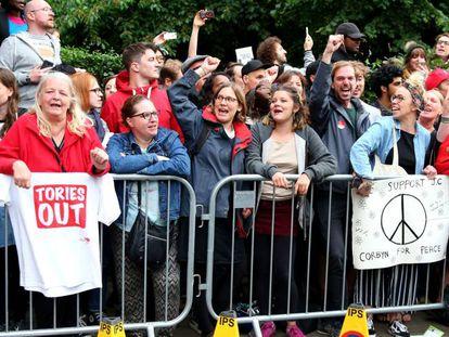 Partidarios de Corbyn a la espera del líder laborista, este jueves en Islington, Londres.