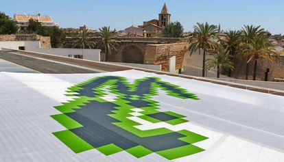 La obra del brasileño afincado en Chicago Eduardo Kac que luce en el tejado de Es Baluard.