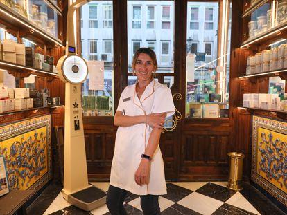 Mónica García, empleada  de la Farmacia Reina Madre, la más antigua de Madrid, ubicada en la calle Mayor.
