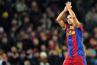 Xavi se retira ovacionado por el público del Camp Nou.