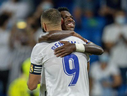 Vinicius y Benzema celebran el penalti anotado por el francés contra el Celta.