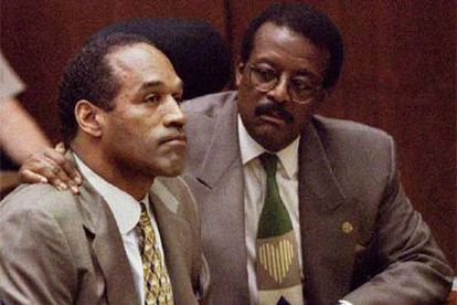 Johnnie Cochran, a la derecha, con O. J. Simpson, durante el juicio de éste.