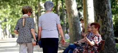 Varias mujeres mayores, en el parque del Retiro de Madrid en junio de 2016.        ...
