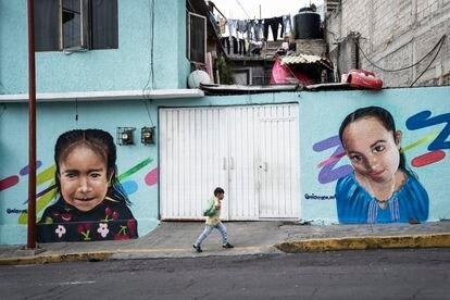 Un niño camina frente a un mural en Xalpa, Iztapalapa.