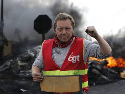 Un sindicalista mira a cámara tras crear una barricada para impedir el acceso a una refinería durante la huelga en Douchy les Mines, al norte de Francia.