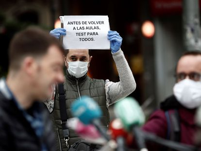 Concentración de varios sindicatos frente al Parlamento de Navarra para rechazar el regreso a la aulas en la fase 2, el 15 de mayo.