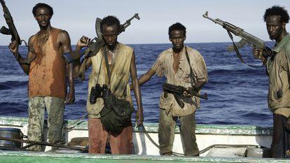 Piratas somalíes en un fotograma de la película 'Capitán Phillips'.