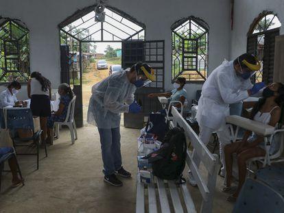 Trabajadores de la salud realizan pruebas de coronavirus en una comunidad indígena de Manaos, en el Amazonas, el 7 de enero.