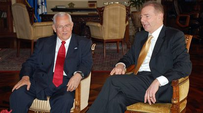 Micheletti y Craig Kelly conversan durante su encuentro este miércoles en Tegucigalpa.