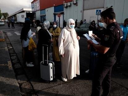 Ciudadanos marroquíes atrapados en Melilla tras el cierre de la frontera en marzo hacen cola el miércoles para regresar a su país.