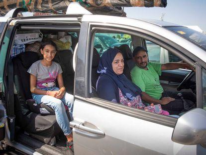 Soumnia Meduen, su marido Said y su hija Mariam, esperan en el Puerto de Algeciras para cruzar el Estrecho, el 3 de agosto.