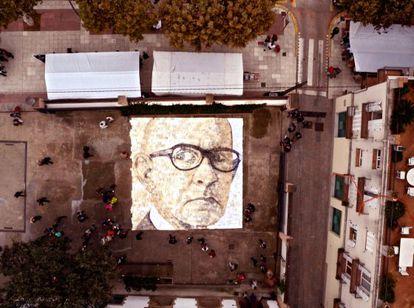 Cientos de libros dibujan el rostro de Salvador Espriu en Barcelona.